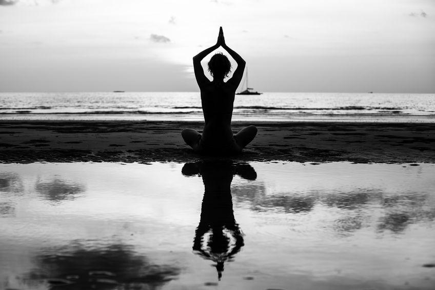 Silhueta de mulher meditando.