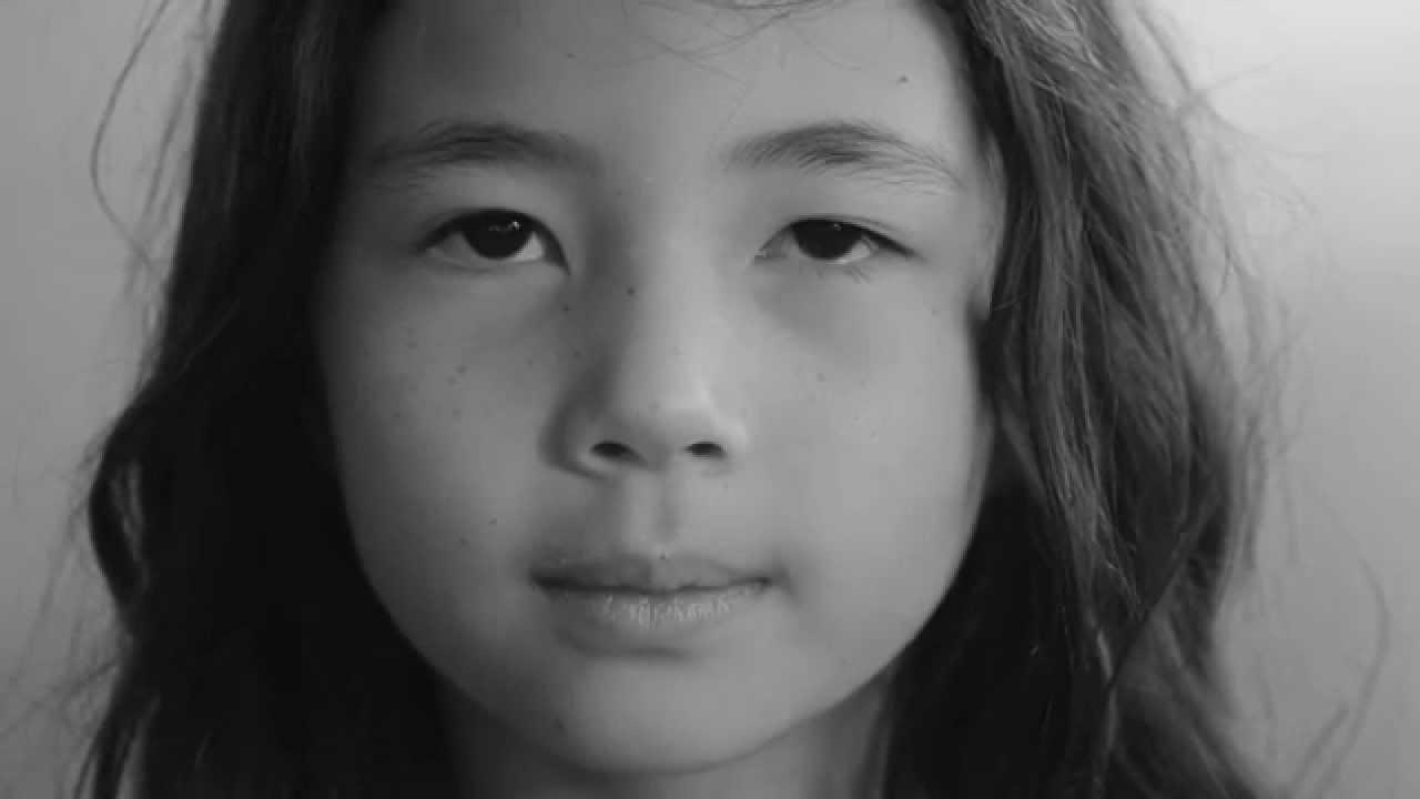 Rosto de criança visto de perto em preto e branco