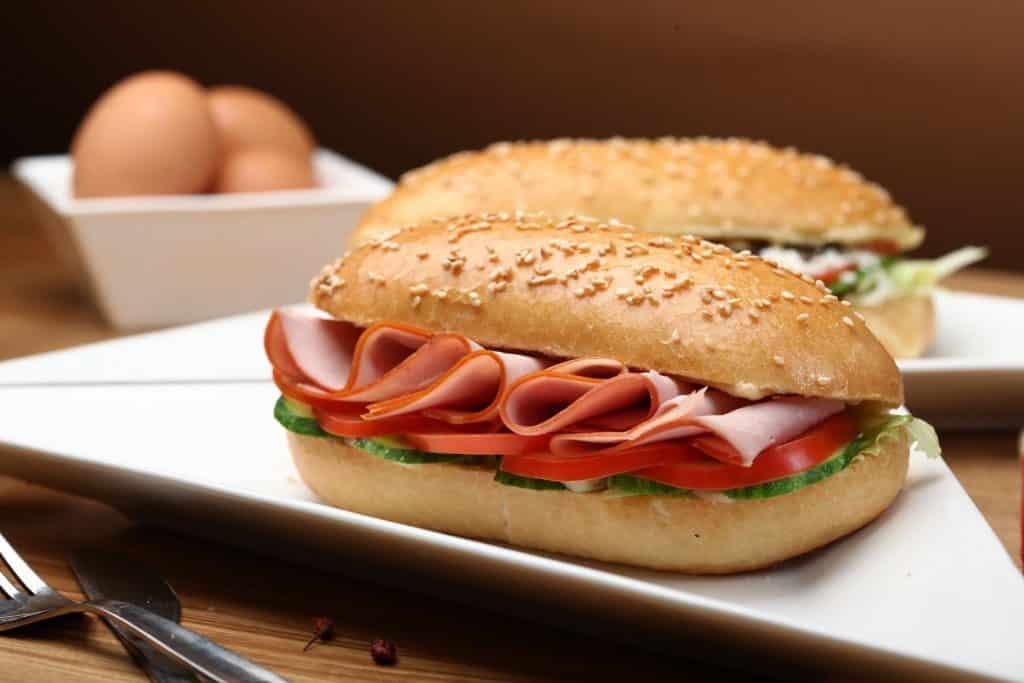Pão com presunto ao meio