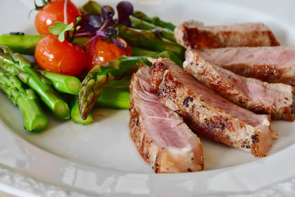 Fatias de carne em um prato com salada