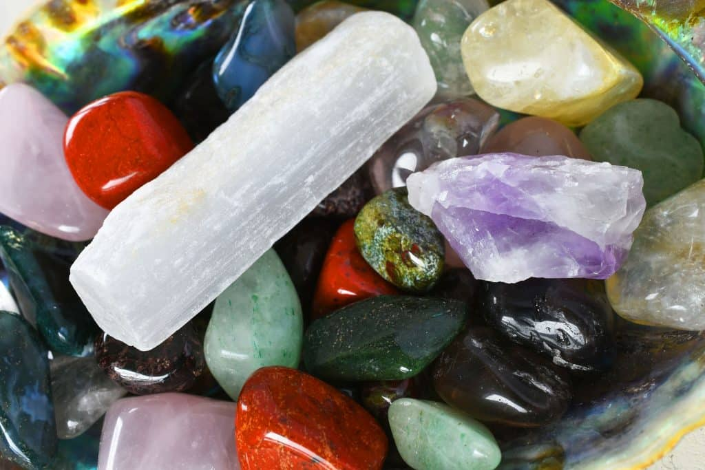 Pedra abalone com outras pedras preciosas