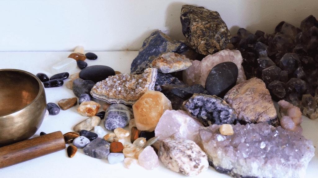 Pedras e cristais em uma mesa