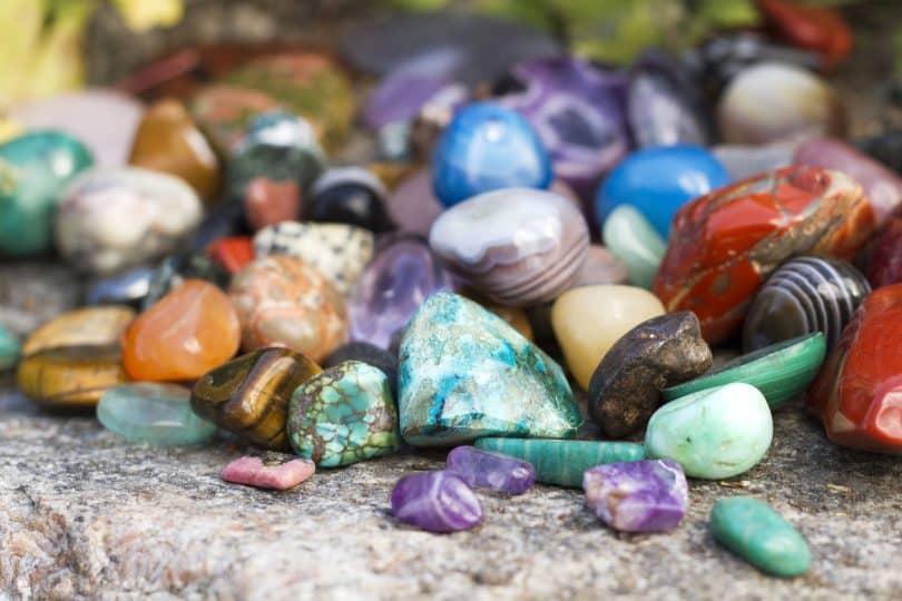 Pedras preciosas um ao lado da outra