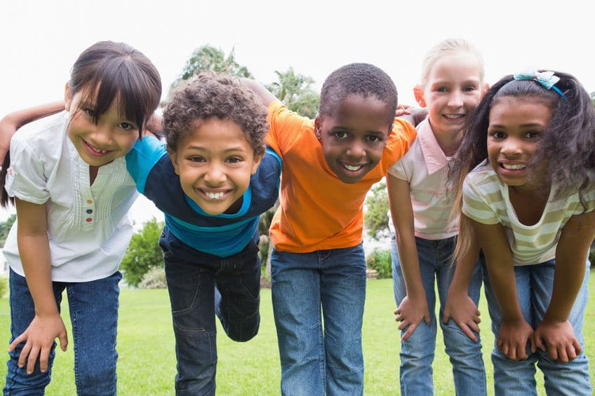 Crianças sorrindo para a foto.