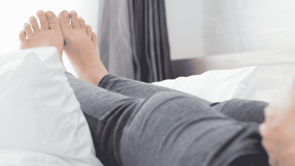 Mulher com as pernas inchadas, deitada
