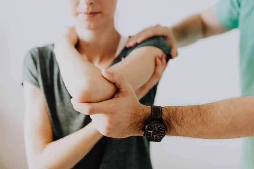 Doutor examinando braço de uma mulher