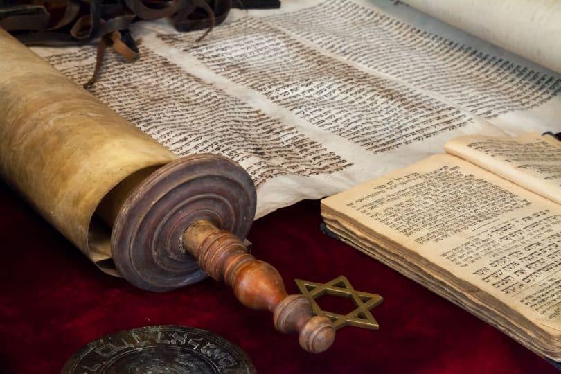 Livros e instrumentos de estudos da Cabala.