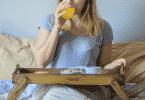 Mulher tomando café da manhã na cama