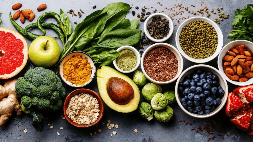 Mesa com frutas e vegetais saudáveis