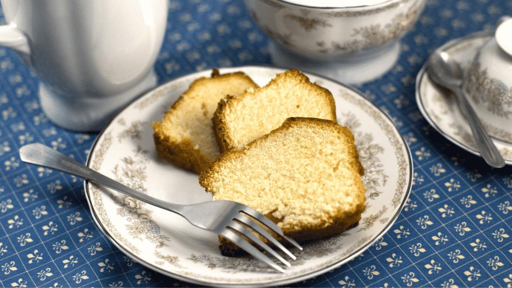 Pedaços de bolo em prato branco