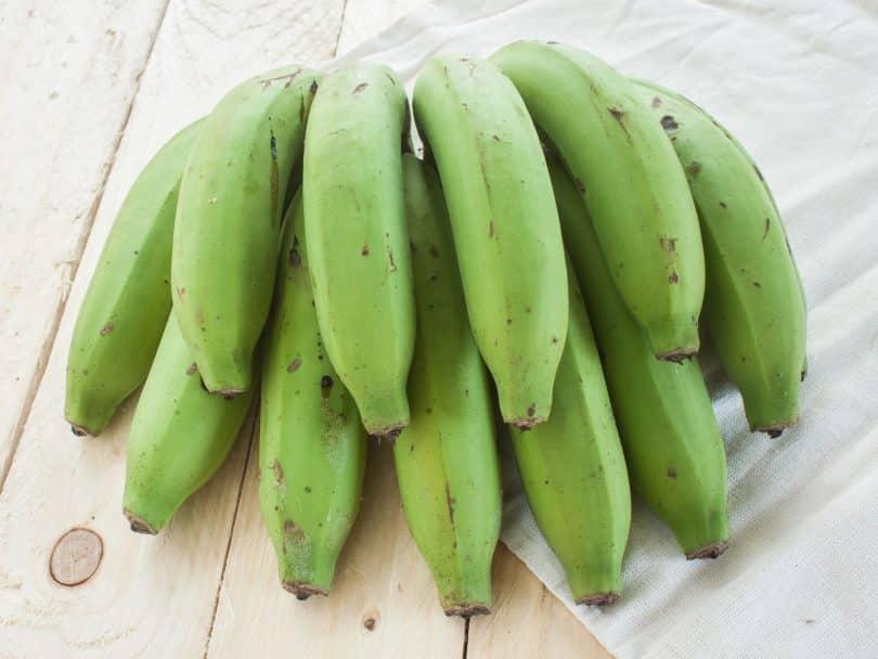 Banana-verde na mesa.