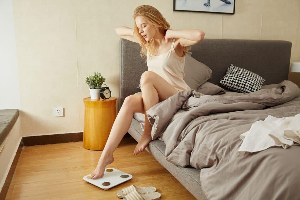 Mulher levantando da cama