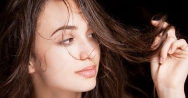 Retrato de uma jovem morena com cabelo molhado brilhante.