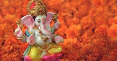 Pequena escultura da Ganesha em umas flores