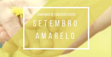 """Duas pessoas de mãos dadas e um letreiro em frente escrito """"setembro amarelo"""""""