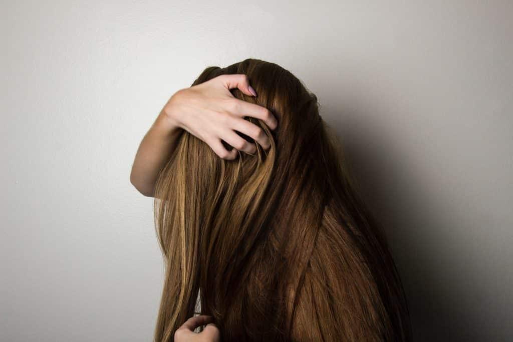 Mulher com a mão em seu cabelo