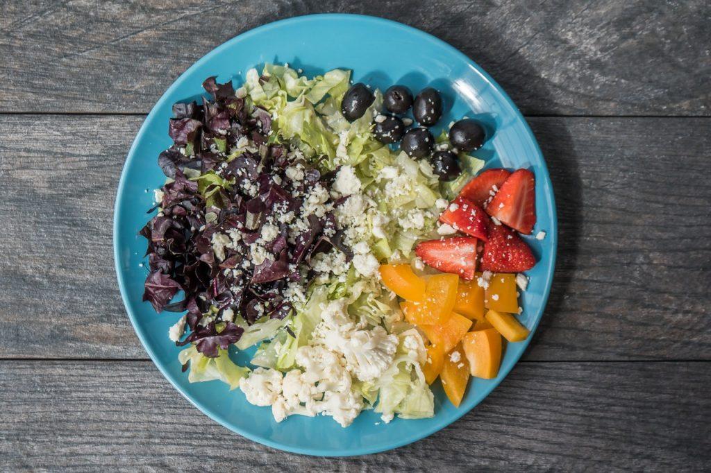 Imagem de cima de um prato de comida.