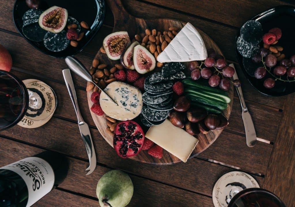 Vários tipos de castanhas e aperitivos em cima de uma mesa.