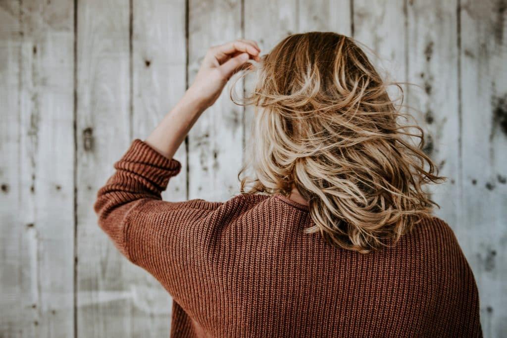 Mulher arrumando seu cabelo