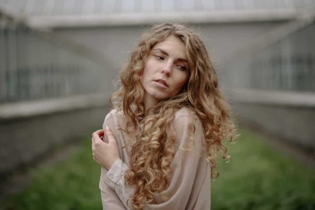 Mulher de cabelos claros encaracolados.