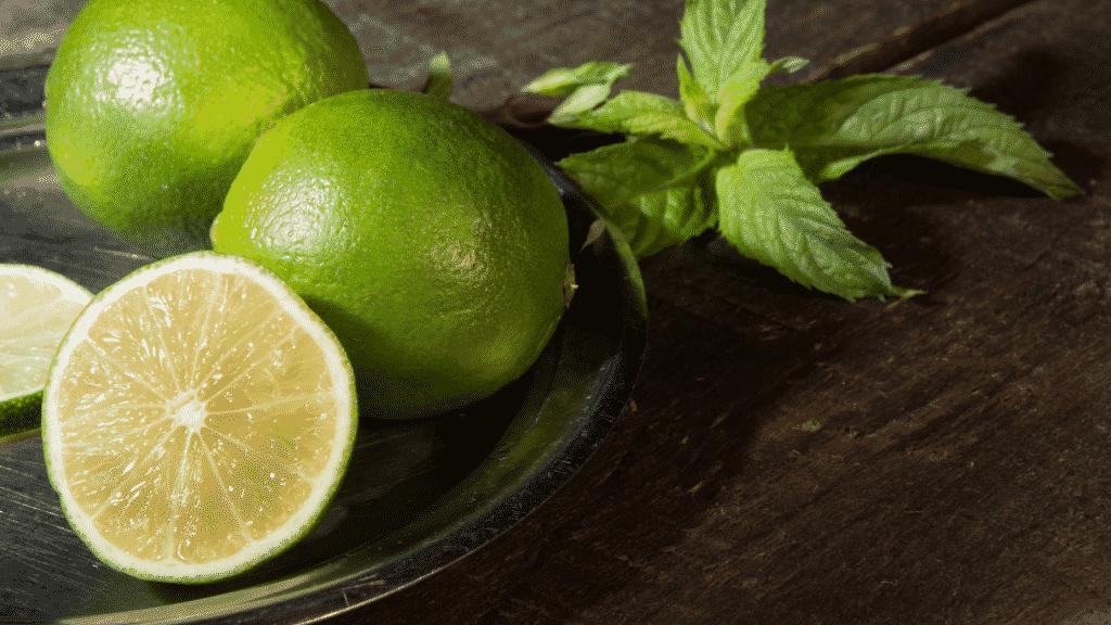 Limões verdes partidos ao meio