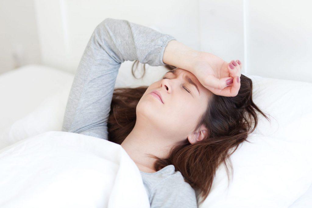 Mulher com dor de cabeça.