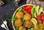Imagem de um prato com alimentos vegetarianos