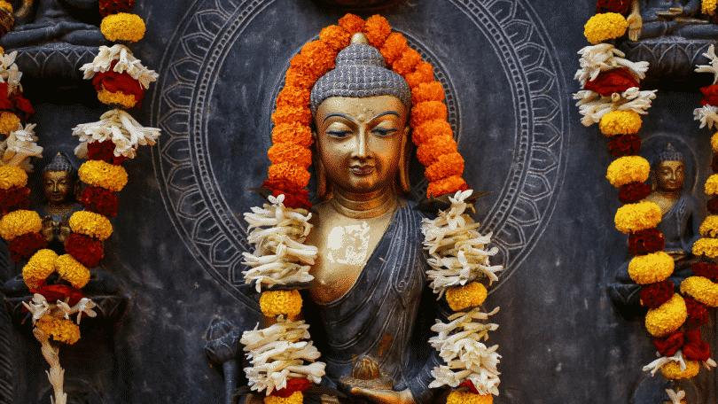 Estátua de Buda enfeitada com flores