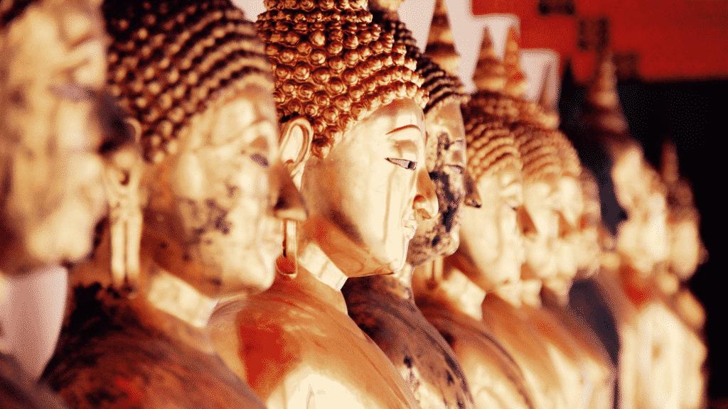 Estátuas douradas de Buda