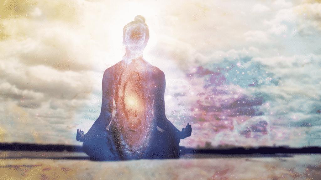 Silhueta de mulher misturada com o universo para representar o chakra