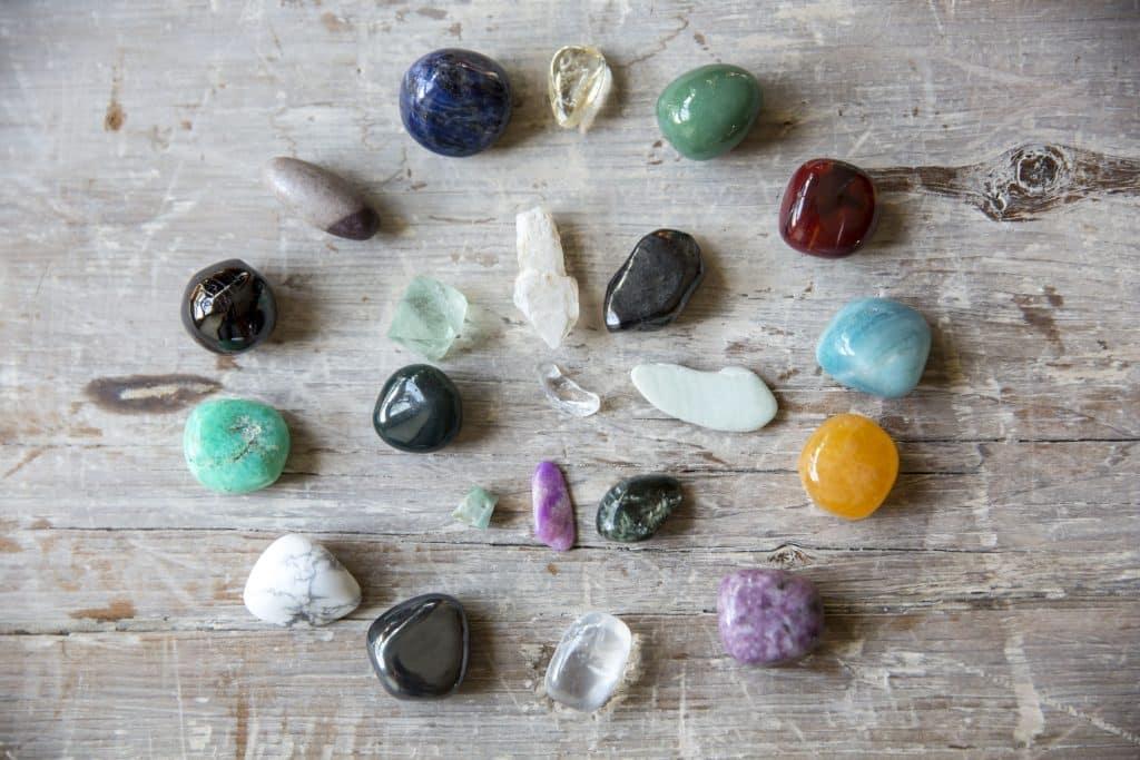 Pedras e cristais em uma mesa de madeira