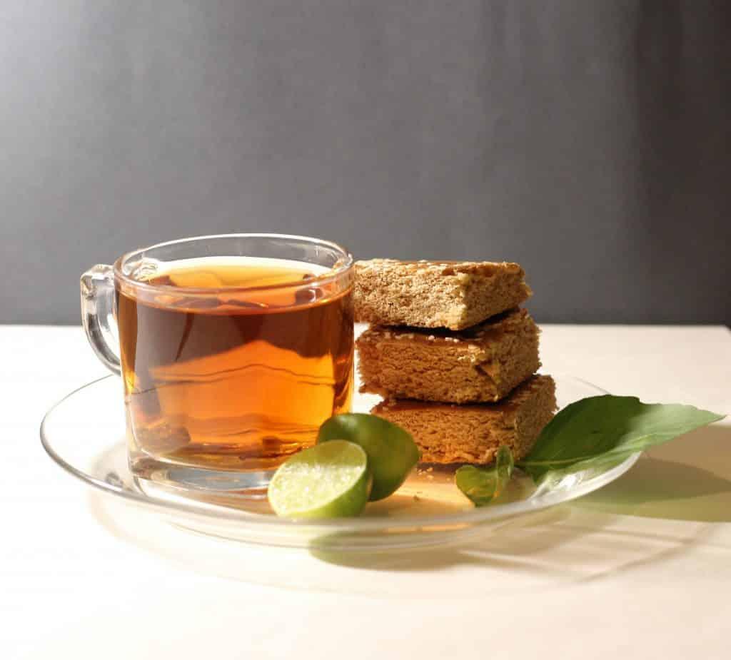 Xícara de chá ao lado de pedaços de bolo