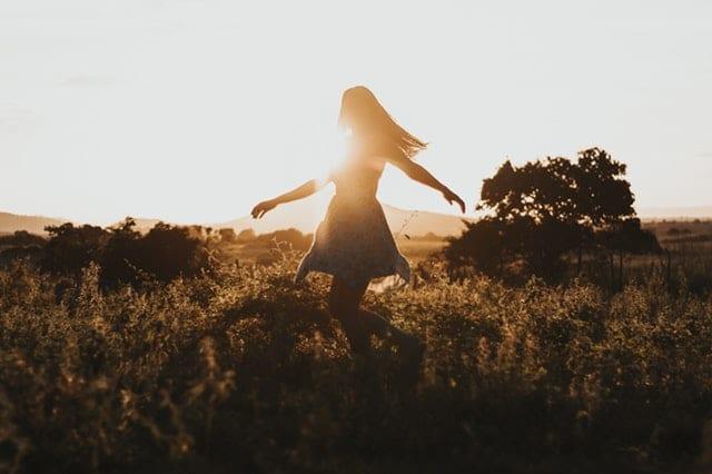 Garota dançando no meio da natureza