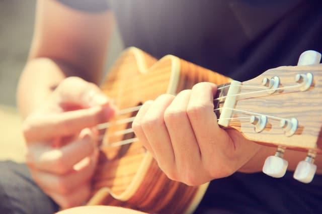 Homem tocando ukulele.