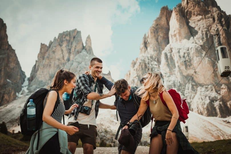 Grupo de amigos rindo em uma montanha