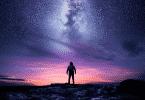 Homem observando o céu estrelado