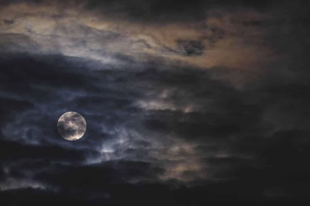 Lua cheia atrás das nuvens.