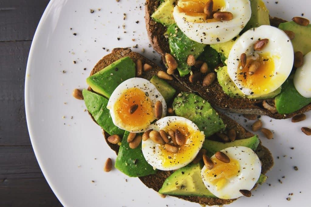 Pão com ovo, amêndoas e abacate