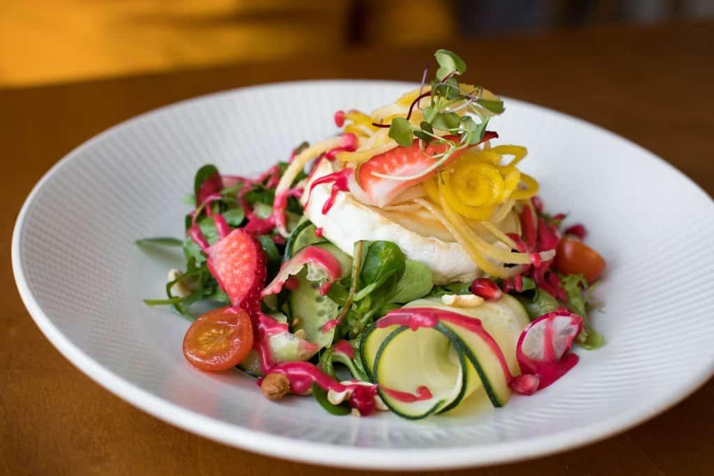Prato com saladas e frutas