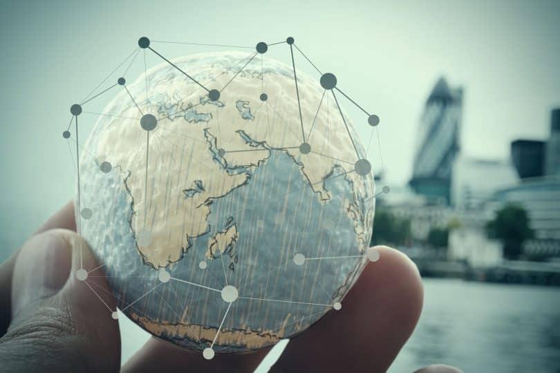 Uma mão segurando o planeta Terra com o conceito de diagrama de mídia social digital