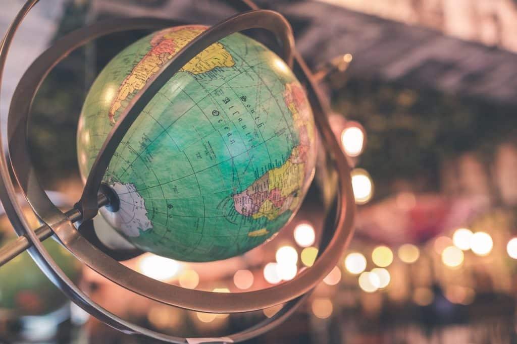 Imagem do globo terrestre com o fundo desfocado