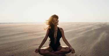 Mulher de olhos fechados meditando
