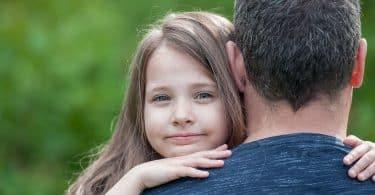 Garota abraça o pai.