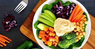 Tigela de lanche saudável com superalimentos e vegetais frescos misturados.