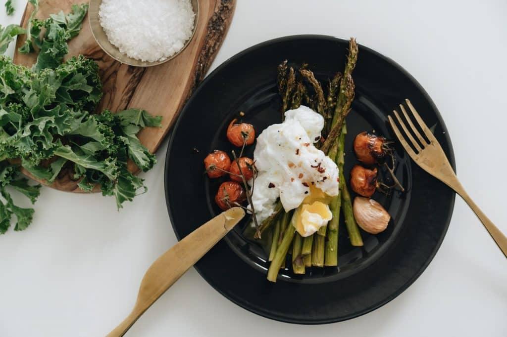 Um prato em cima da mesa com vários tipos de legumes.