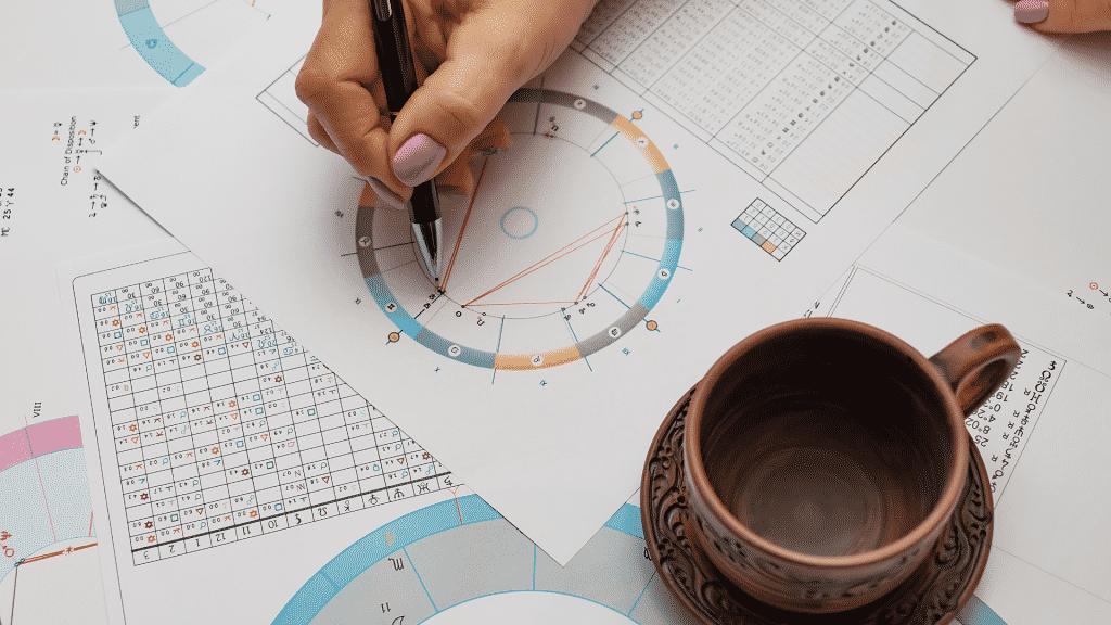 Mesa de astróloga trabalhando em suas previsões