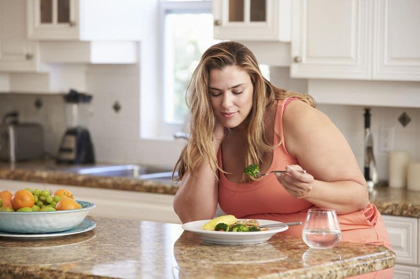 mulher comendo vegetais