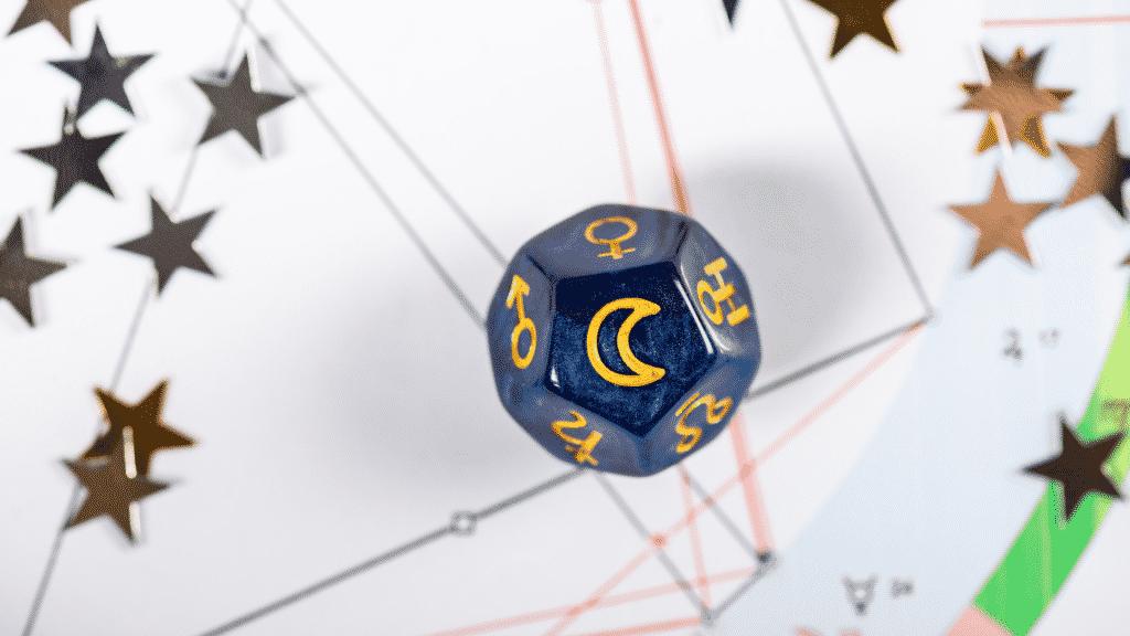Dado de astrologia com símbolo de lua sobre mapa astral