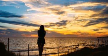 Silhueta de uma mulher na praia.