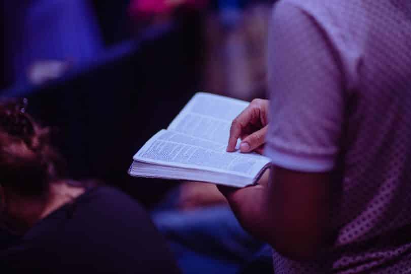 Homem segurando bíblia